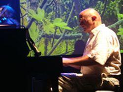 Roedelius au piano